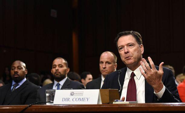 Yhdysvaltain liittovaltion poliisin FBI:n entinen johtaja James Comey todisti Yhdysvaltain senaatin tiedustelukomitean edessä kesäkuussa 2017, jolloin hän kertoi Donald Trumpin painostusyrityksistä.
