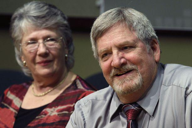 Jim ja Carolyn McCullar lunastivat voittoshekkinsä.