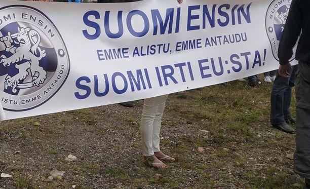 Yhdenvertaisuusvaltuutettu haluaa selvittää, oliko osa Suomi ensin -mielenosoituksessa esitetyistä kommenteista lain vastaisia. Kuvassa Suomi ensin -mielenosoitus elokuussa 2016.