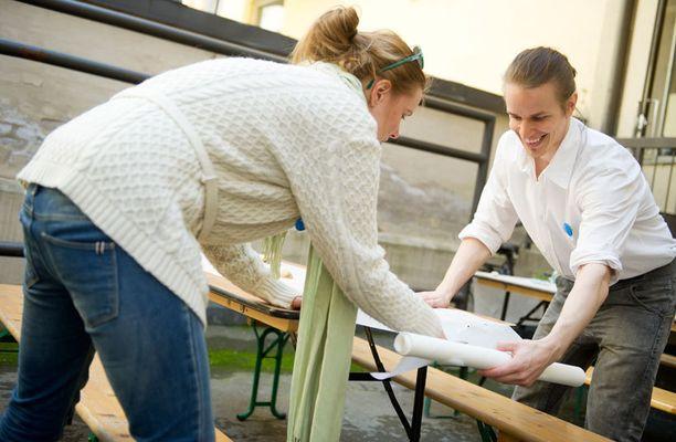Janne Asikainen ja Leena Erähalme järjestelevät ravintolaa.