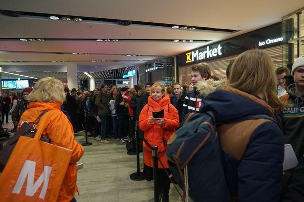 Sadat ihmiset odottivat metroaseman avautumista matkustajille lauantaiaamuna Espoon Matinkylässä. 200 ensimmäistä matkustajaa sai lahjaksi oranssin logokassin.