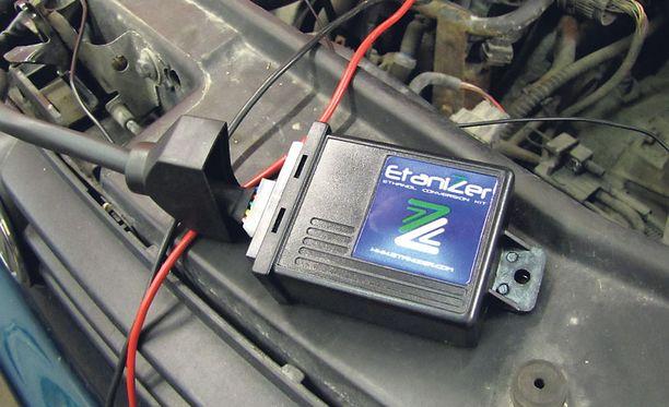 LISÄLAITE Golfin moottorin ohjaukseen asennettiin lisälaite, joka säätää polttoaineen syöttöä ja sytytyksen nopeutta.