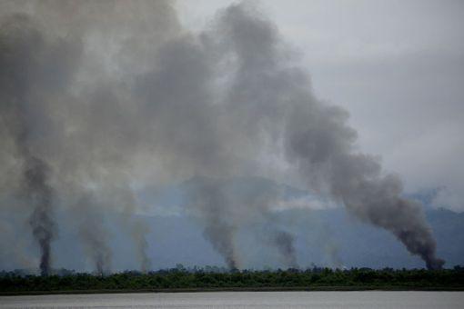 Palavista kylistä nouseva savu oli nähtävissä rajan toiselta puolelta Bangladeshista.