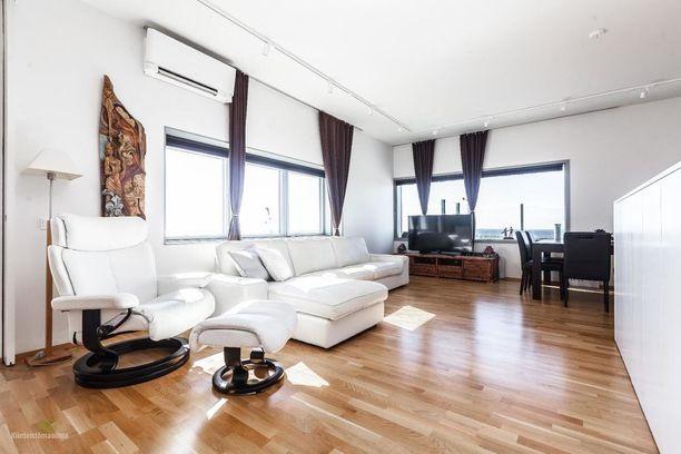 Oululaiskodissa valo ja ikkunat tuovat muun sisustuksen ohella luksusmaista tunnelmaa.