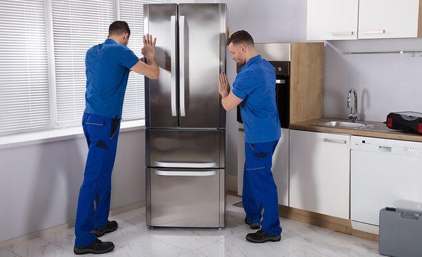Tarkista vatupassilla, että jääkaappi ei ole vinossa. Vino asento voi synnyttää lisää melua.