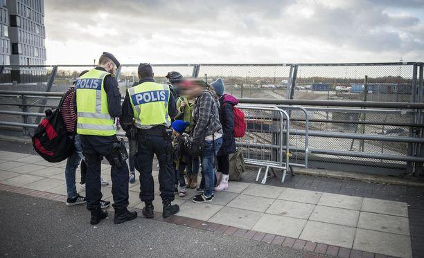 Ruotsalaispoliisit jututtivat turvapaikanhakijoita Malmön juna-asemalla 2015. Kuvituskuva.