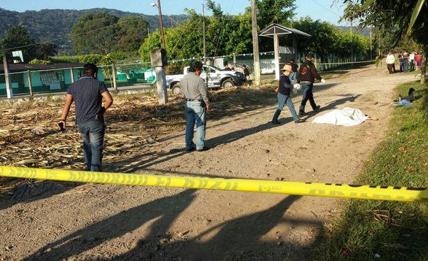 Viranomaiset tutkivat toista murhapaikkaa Veracruzin Cacahuatlanissa joulukuun alussa. Veracruzin osavaltiossa, jossa huumekartellit taistelevat, on murhattu tänä vuonna yli 1500 ihmistä.