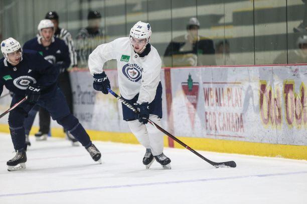 Ville Heinola on antanut kovia näyttöjä Winnipeg Jetsin harjoitusleirillä.