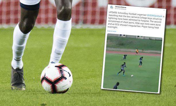 Kaksi pelaajaa vietiin sairaalaan salaman iskettyä jalkapallo-otteluun Jamaikalla.