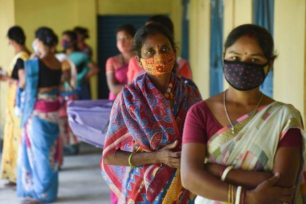 Naiset odottivat koronarokotteen saamista Guwahatin kaupungin lähellä Assamin osavaltiossa maanantaina.