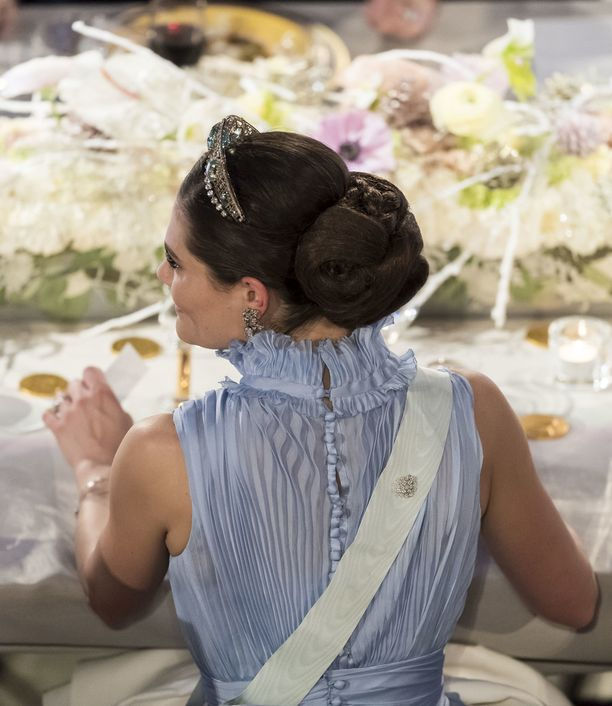 Kruununprinsessa Victorian vaaleansininen puku näytti upealta myös takaa.