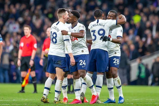Tottenhamin pelaajat treenaavat yksin, mutta silti yhdessä.