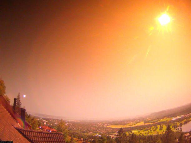 Tähdenlento valaisi taivaan laajalla alueella.