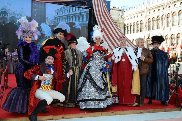 Leikkisää menoa karnevaalin avajaisjuhlissa.
