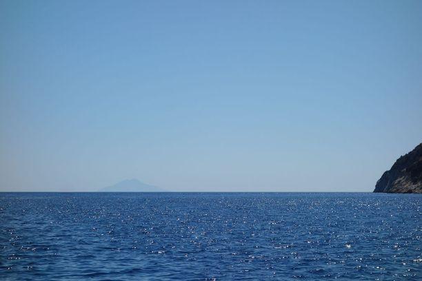 Siellä se siintää horisontissa, salaperäinen Montecristo. Kuva on otettu Elban saarelta.