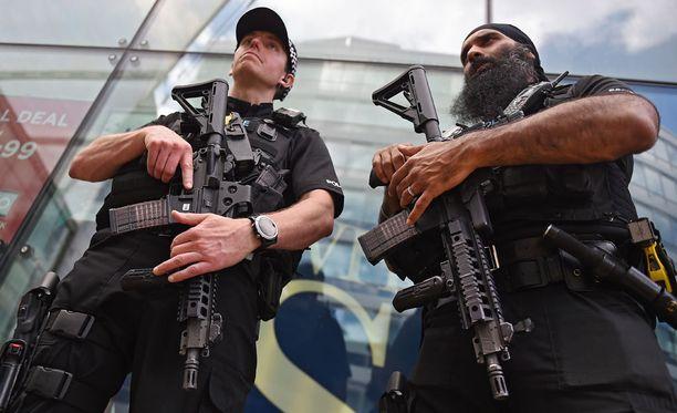 Ensimmäistä hätäpuhelua seuranneen tunnin aikana poliisi sai kaikkiaan 240 hätäpuhelua onnettomuuspaikalta.