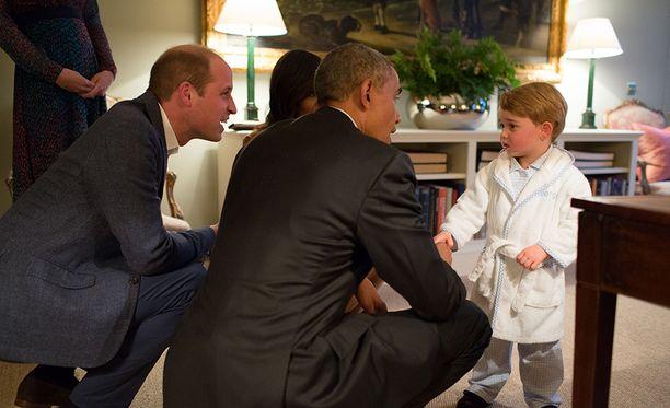 Obamat tapasivat myös prinssi Georgen, jonka nukkumaanmenoaika oli jo mennyt ohi.