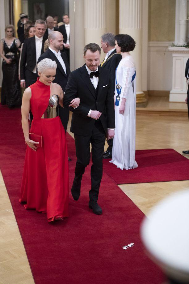 Laulaja Anna Puu saapui Linnan juhliin avomiehensä Jukka Immosen kanssa.