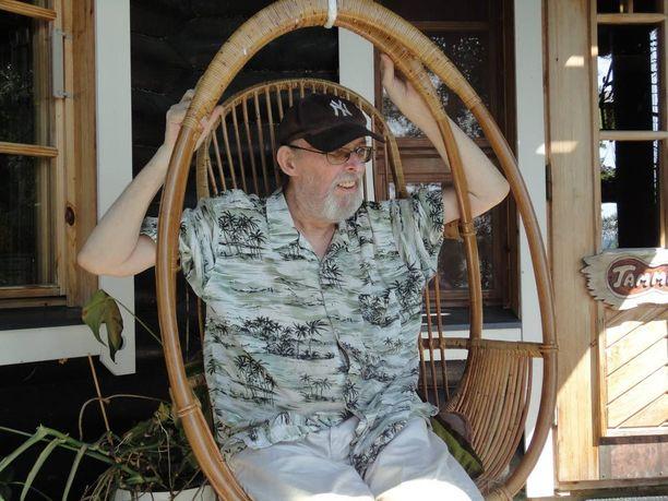 Topi Sorsakoski istui kotinsa terassilla kesällä 2011. Suvi oli hänen viimeisensä.