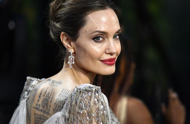 Angelina Jolie haluais asua ulkomailla.