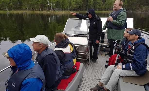 Järviluonto-opas Joonas Hokkanen kertoo turisteille, miten norpan voi nähdä sille tyypillisillä paikoilla. Sunnuntain kolmetuntisella veneretkellä oli turisteja muun muassa Belgiasta ja Saksasta.