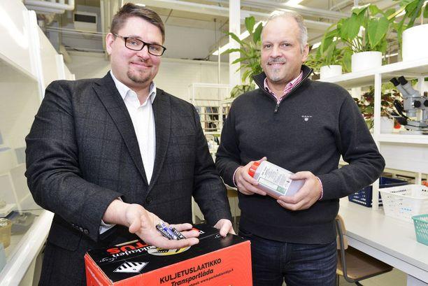 Maanviljelijä ja sarjayrittäjä Petri Huhtala (oik.) pelasti tutkijoiden pöytälaatikon pohjalta suunnitelman, jota Tracegrow'n operatiivinen johtaja Mikko Joensuu tiimeineen pistää täytäntöön Kärsämäen tuotantolaitoksella.