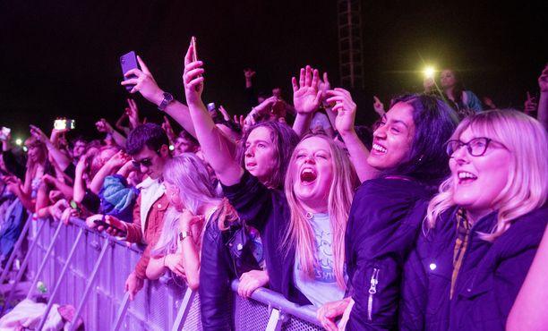 Noin 5000 juhlijaa kokoontui sunnuntain konserttiin jättitelttaan.
