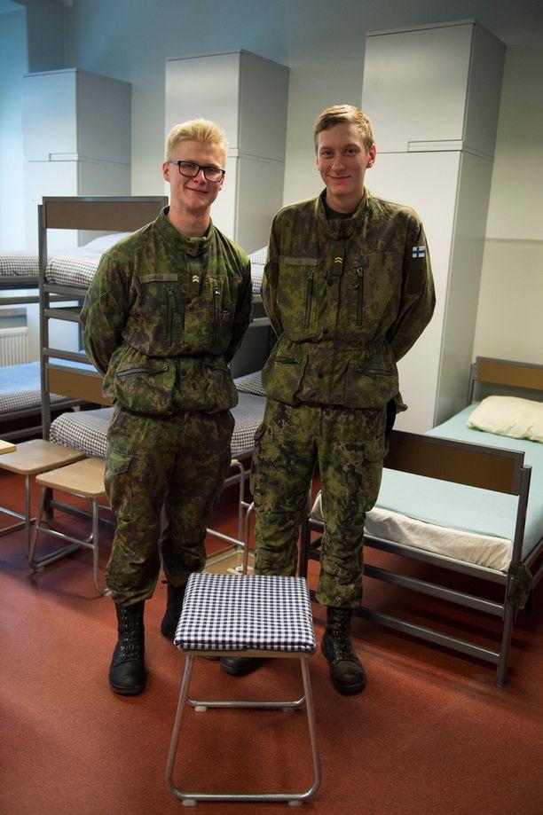 Alikersantit Aleksis Sankari ja Valtteri Oja näyttivät kuinka pinkka tehdään oikein.