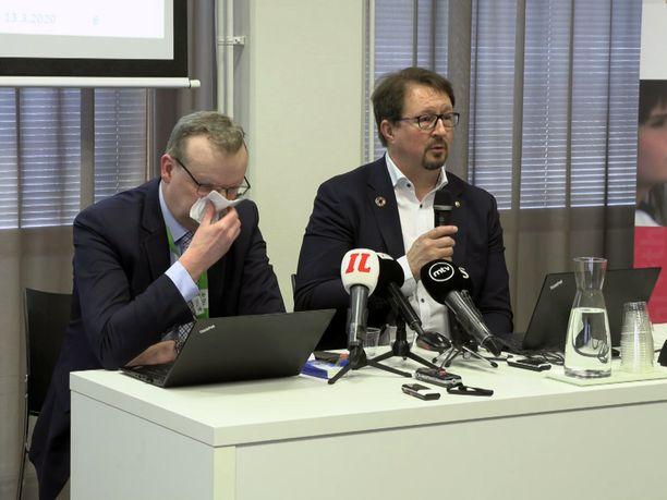 THL:n pääjohtaja Markku Tervahauta ja kohtalokas nenäliina.