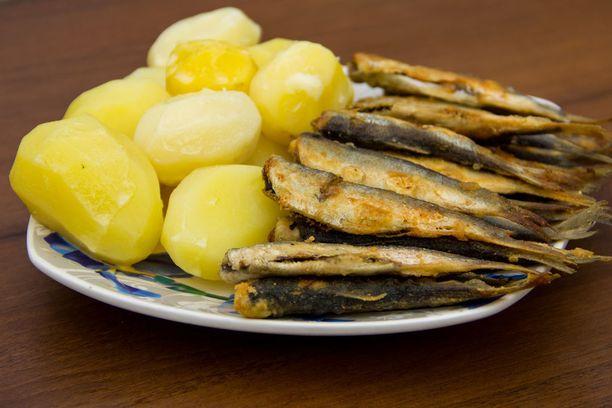 Suomalaisten altistuminen dioksiineille ja PCB-yhdisteille vähenee, kun näiden yhdisteiden pitoisuudet pienenevät Itämeren rasvaisessa kalassa.