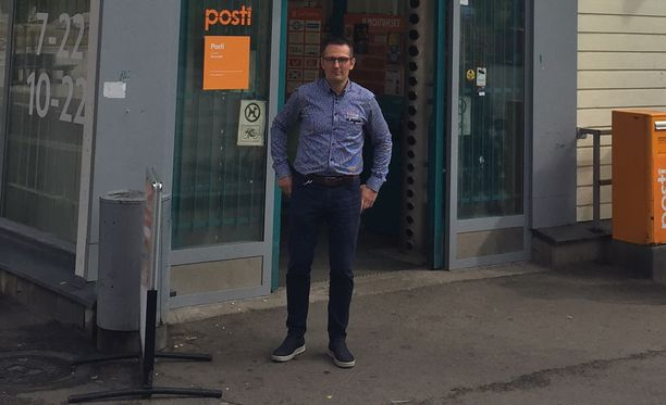 Marko Hoikkaniemi kauppansa edustalla Järvenpäässä.
