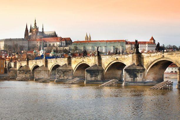 Kaarlensilta Prahassa tunnetaan pyhimyksiä esittävistä veistoksistaan.