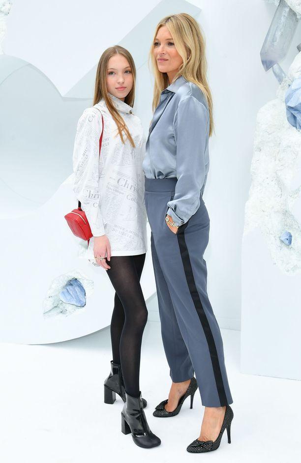 Kate Moss ja Lila Grace edustivat tyylikkäinä Pariisissa.