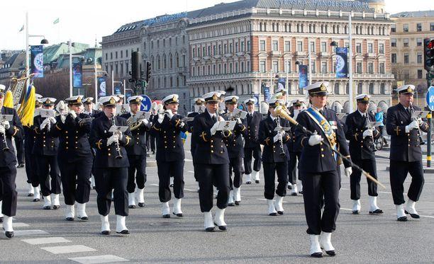 Kuninkaanlinnan kunniavartiosto saapui nostamaan Ruotsin lipun salkoon.