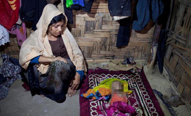 Nur Begam lapsensa Jamal Hossainin ruumiin äärellä pakolaisleirillä Bangladeshissa viime lauantaina. Puolivuotias Jamal kuoli sairastuttuaan, Begamin miehen ja kaksi muuta poikaa sotilaat tappoivat.