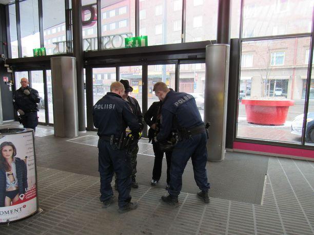 Tampereen Koskikeskus oli maan tarkimmin vartioitu rakennus lauantaina, kun puolueiden puheenjohtajat olivat tentissä kauppakeskuksessa. Monet joutuivat avaamaan laukkunsa ja näyttämään taskunsa.