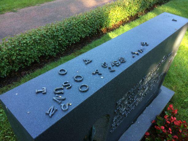 Vandaalit irrottivat kirjaimia kivestä.
