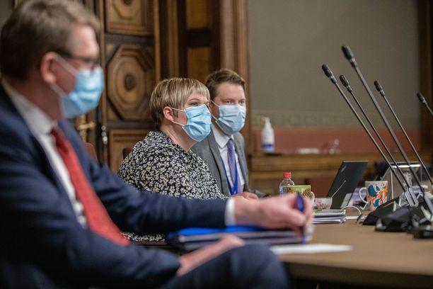 Kehysriihessä perjantaina olivat keskustasta mukana muun muassa valtiovarainministeri Matti Vanhanen, puheenjohtaja Annika Saarikko ja talouspolitiikkaan erikoistunut erityisavustaja Tuomas Vanhanen.