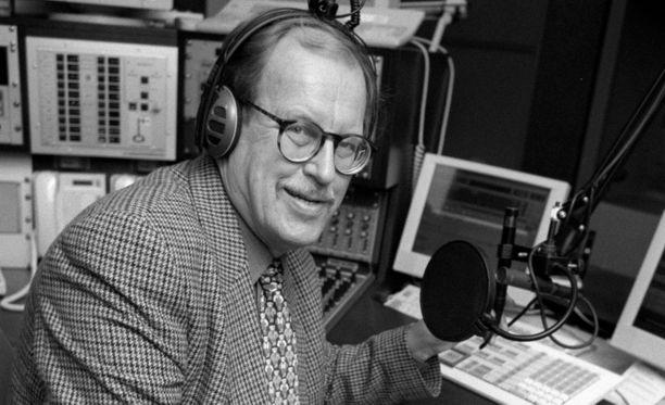 Suuri yleisö tuntee Pällin Ylen pitkäaikaisena toimittajana ja radiojuontajana. Kuva vuodelta 1998.