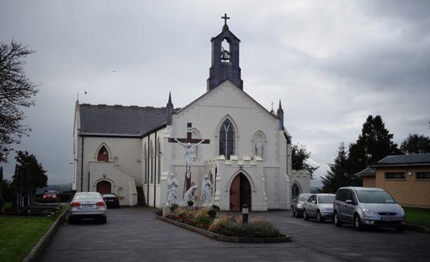 St Bartholomew'sin kirkko Kildorreryssa, jonka altarilla videoitu teko tapahtui.