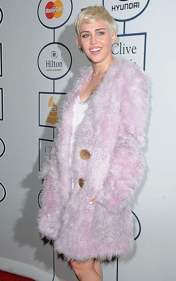 Miley Cyrusin lauantainen peittävä asuvalinta poikkesi kainoudellaan laulajan tavanomaisesta tyylistä.