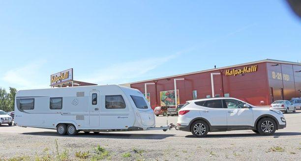 """Pitkä vaunu herätti matkan varrella huomiota. """"Isompi kuin meidän kesämökki"""", oli kommentti parhaasta päästä."""