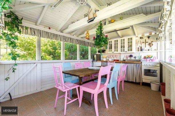 Tämä kesäkeittiö rakentuu suuren ruokapöydän ja suloisten tuolien ympärille. Kesäkeittiössä saa leikitellä väreillä!