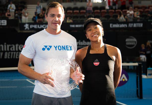 Kuvassa Naomi Osaka ja hänen valmentajansa Sascha Bajin poseerasivat vielä yhdessä kameroille Australian Brisbanessa 3.1.2019.