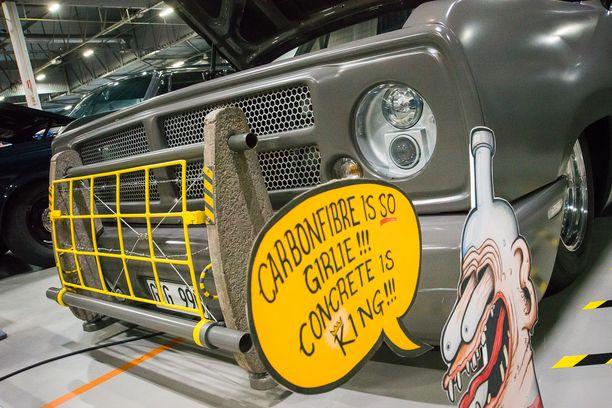 Dodge Combat Board Carrier pickup betonisella esteenraivaajalla.
