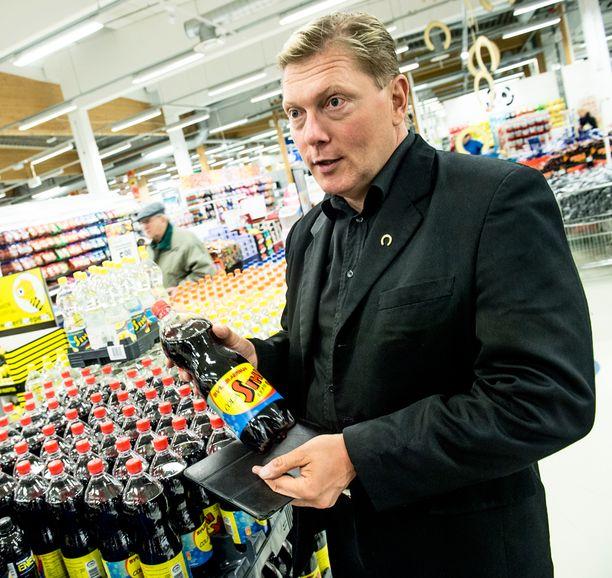 Tuurin kyläkauppias Vesa Keskinen pitää hyvänä, että tulevaisuudessa kaikilla kaupoilla on yhtäläiset mahdollisuudet päättää omat aukioloaikansa.