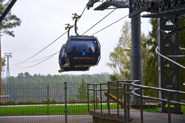 Kukkulalle rakennettuun Snow Parkiin voi matkata maisemahissillä, joka kuljettaa väkeä yli Nemunas-joen. Hissin lisäksi hiihtokeskukseen pääsee autolla.