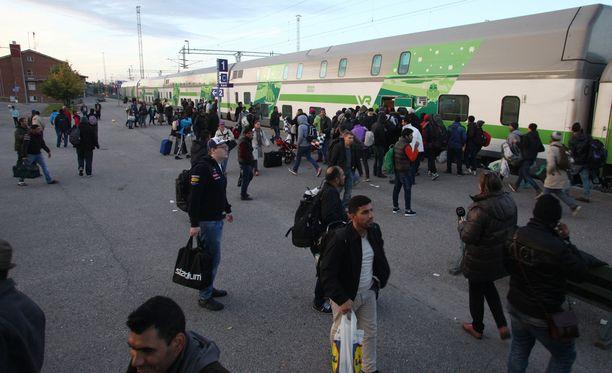 Turvapaikkahakijoiden määrä lisääntyi syksyllä 2015. Sen jälkeen huhut muun muassa turvapaikanhakijoiden saamista etuuksista ovat roihunneet villeinä.
