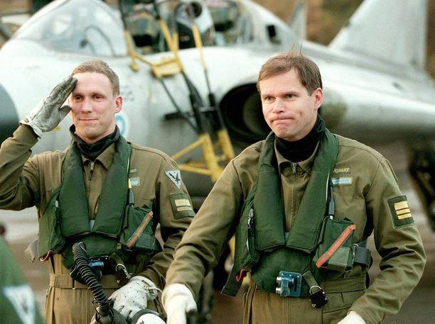 Jarmo Lindberg (oik.) sai Hornet-koulutusta mm. Yhdysvalloissa. Kuva Pirkkalasta vuodelta 1997.