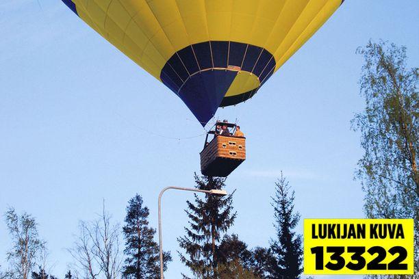 MATALALLA Suuri kuumilmapallo lensi valaisinpylväitä hipoen vähän ennen laskeutumista.